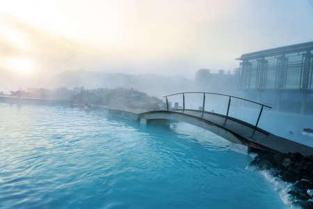 Blaue Lagune neben Reykjavik mit Menschen, die in dieser natürlichen heißen Quelle baden.