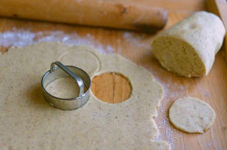 making traditional rustic linzer biscuit cookies vintage baking 免版税图像