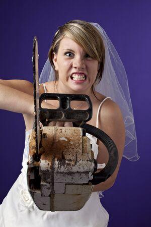 zornige junge Braut mit einer Motorsäge auf einem dunkelblauen Hintergrund