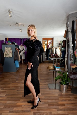 thighs: mujer joven en un traje de noche en una tienda