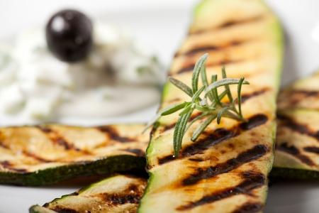 zucchini: calabac�n a la parrilla con una hoja de Romero