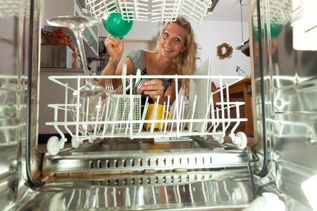 lavavajillas: joven vista desde dentro de un lavavajillas Foto de archivo