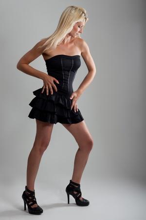 hermosa rubia con un vestido corto Foto de archivo - 9733035