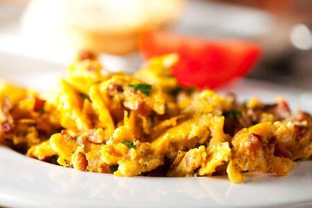 pancetta cubetti: uova strapazzate in un tegame