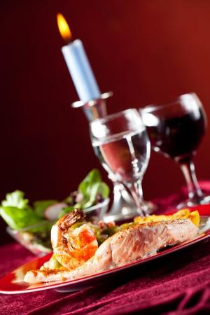 luz de velas: Filete de salm�n con granos de pimienta roja y las coles de Bruselas