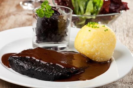 Sauerbraten Fleisch-und Kartoffelknödel Standard-Bild - 12615632