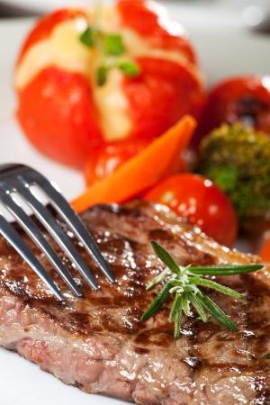 Gabel auf einem Steak vom Grill Standard-Bild - 13814014