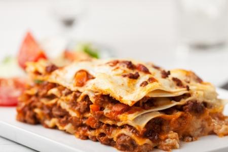Italienische Lasagne auf einer quadratischen Platte Standard-Bild - 14379323