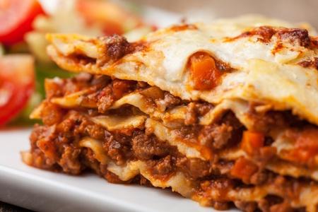 lasagna: lasa�a italiana en un plato cuadrado Foto de archivo