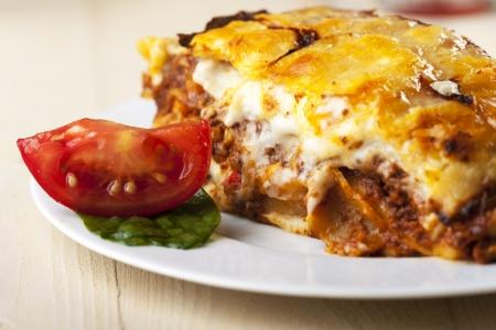 lasagna: lasa�a en un plato con una rodaja de tomate
