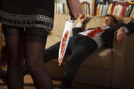 Frau mit einem blutigen Messer Standard-Bild - 17137091