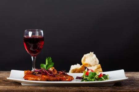 comida gourmet: Filete de cerdo a la parrilla en un plato
