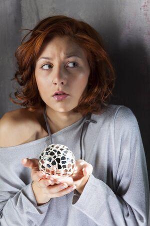 mirror ball: redhair asustado con una bola de espejos