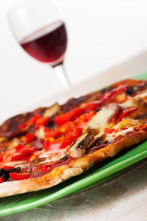 glas: Pizza und einem Glas Wein