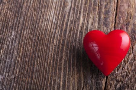 farbe: Rotes Herz auf groben Holz  Stock Photo