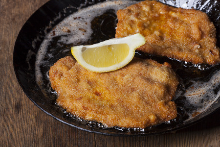 wiener schnitzel in a pan Standard-Bild