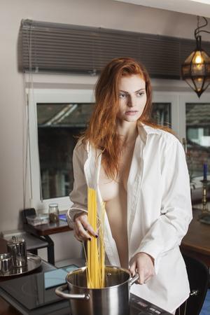 vrouw pasta in de keuken koken