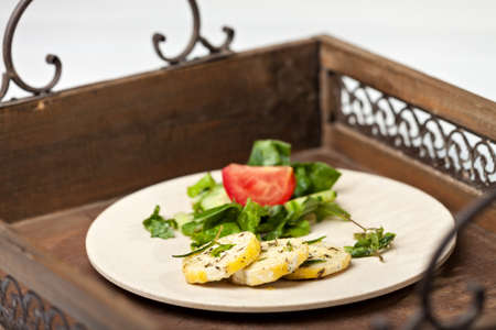 queso cabra: primer plano de queso de cabra marinado