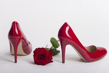 Roten High Heels auf weißem Hintergrund Standard-Bild - 65479981