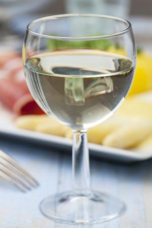 Weißwein und Spargel