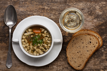 bavarian bratnockerl soup in a cup  Imagens