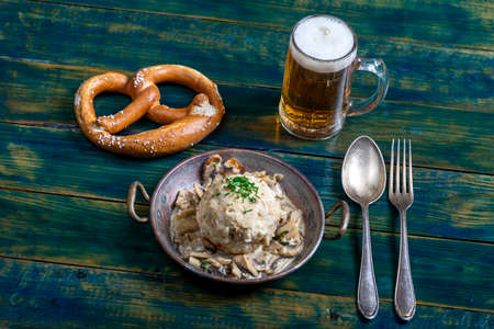 bavarian bread dumpling with sauce 免版税图像