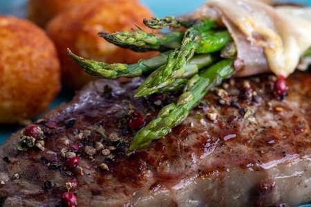 green asparagus on a steak 免版税图像
