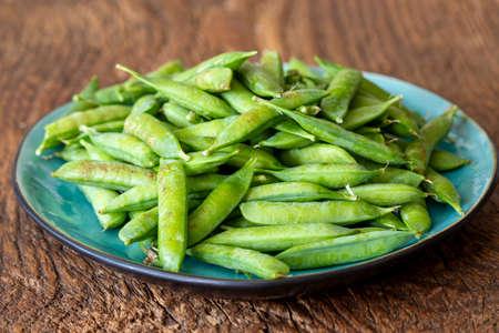 raw peas on dark wood 免版税图像