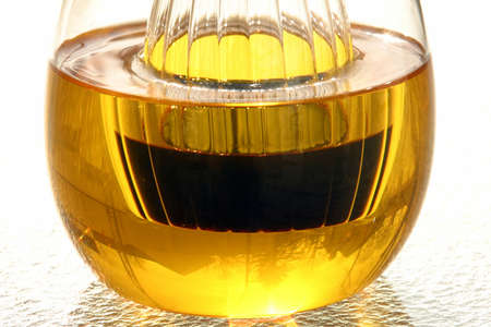 油と酢 1 - 塩と粒マスタード、と一緒には古典的なフランス ビネグレット ソースを準備するため 4 基本的な成分です。