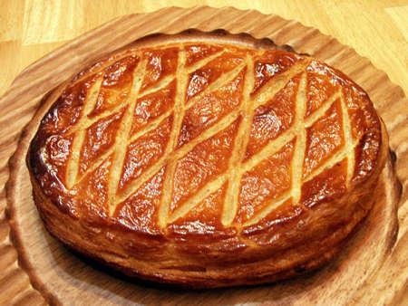 ガレット - Twelfthe 夜ケーキや Galette des Rois フランス語でパイ生地は frangipane でいっぱい」- 豊かなアーモンド クリーム - クリスマス後の 12 日伝統 写真素材