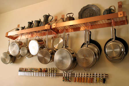 掛かる鍋および鍋 1 - 端正、整然とした住宅の台所
