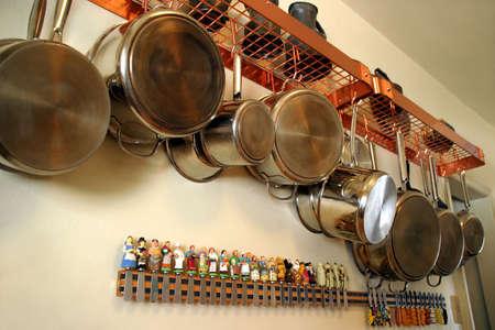 掛かる鍋および鍋 2 - 住宅の台所できちんとした、実用的な設定