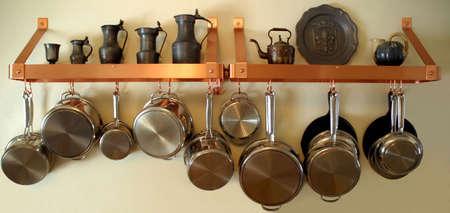 掛かる鍋および鍋 3 - 端正、整然とした住宅の台所