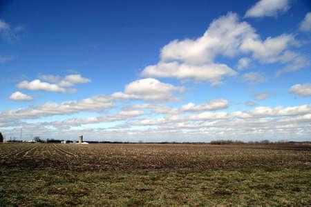 農地 1 - 非常に風の強い日に 4 月に SE アイオワ フィールド