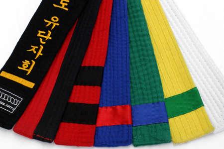 ブラック ベルトへの白いベルトから武道のベルト 1- 写真素材