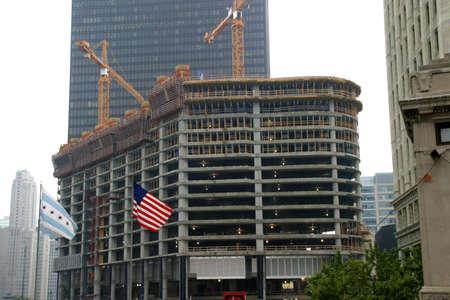 曇りの日に沿って、マグニフィ セント マイルのシカゴ - 超高層ビル建設の下で-