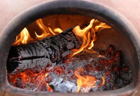 Chimenea 火災 - 肌寒い日に暖かさを作成する素敵な庭の付加。