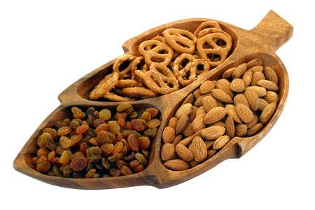 ゴールデン アソートメント (葉の形に彫られた木の皿にカクテル スナック プレゼンテーション。