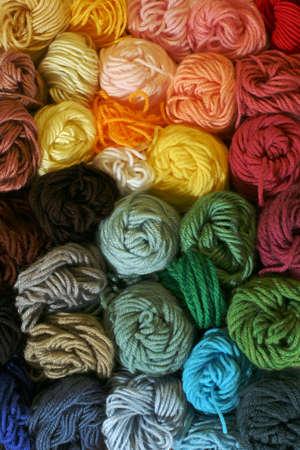 異なる編み物やかぎ針編み、針ポイントに使用される糸のかせの糸 - 縦 - 実用的なカラフルなストレージのかせキャンバスのプロジェクト。