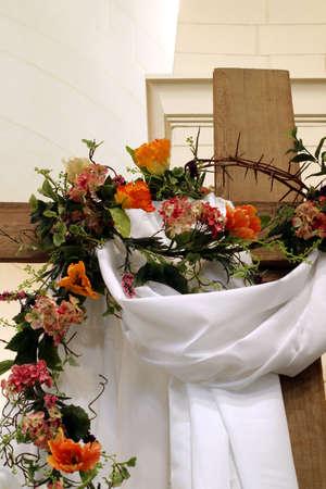 生きている !-装飾木製の十字架イエス ・ キリストの復活を象徴します。