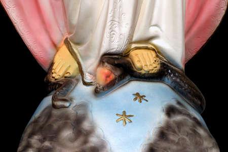 Tentation de contrôle - plan rapproché sur le pied de Mary, reine de ciel et de terre, écrasant la tête du serpent. Banque d'images