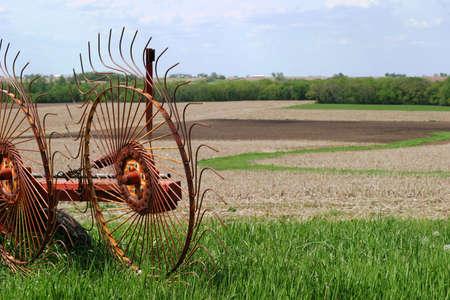 ホイール熊手 - 準備ができて - ファーム機器 SE アイオワ フィールド - 干し草熊手フォーム windrows、干し草の俵を作るための行に収集します。 写真素材