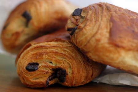 Pain au Chocolat - un croissant remplis de chocolat! Savoureux et délicieux petit-déjeuner traditionnel français pâtisserie, frais de la boulangerie.  Banque d'images