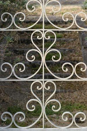 錬鉄のゲート - 装飾的なゲートが放棄されたフランスの海辺の別荘に石造りの階段に開きます。 写真素材