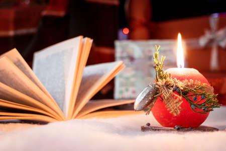 rote Kerze im Schnee Standard-Bild