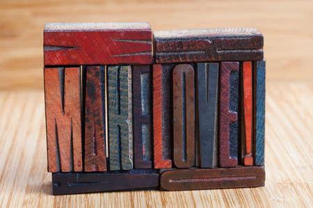 """hacer el amor: """"Haz el amor"""", escrito con tipograf�a de �poca de color (fondo de madera). El enfoque suave!"""