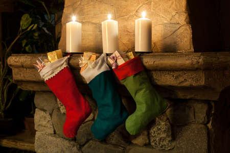 camino natale: Natale calza su camino sfondo. Chimney, candele. Calze di Natale, decorazioni, regali. Archivio Fotografico