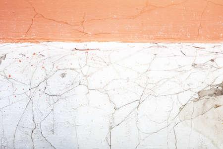 craquelure: Blanco con crianza, fondo de la pared de color rosa. craquelado, fracturas, rompiendo. vista macro Foto de archivo
