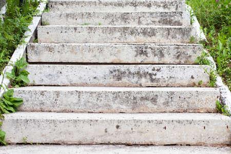 bajando escaleras: Envejecido gris escalera de piedra