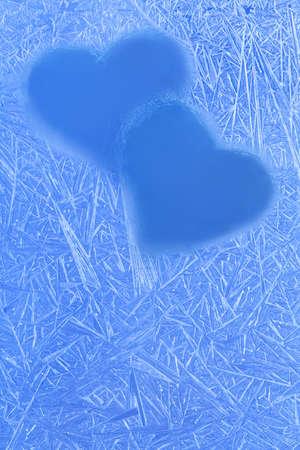 corazones azules: Día de San Valentín, concepto de Navidad. Corazones azules siluetas en la ventana. Flores del hielo, las heladas textura. Craquelure. Acercamiento. copiar el espacio. Foto de archivo